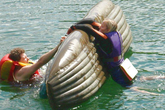как не перевернуться на лодке