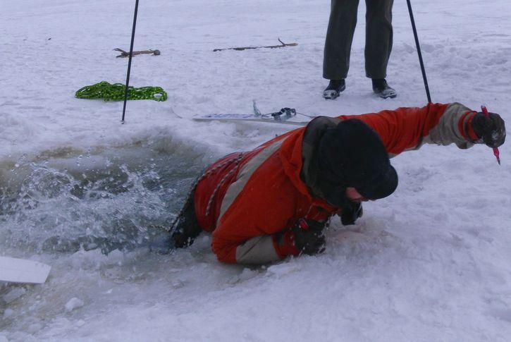 Пытаясь сократить маршрут, мужчина провалился под лед